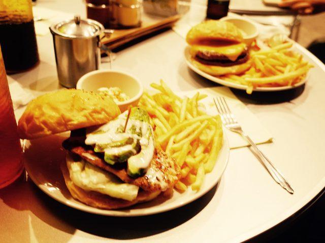 画像: わたしはチーズバーガーがすき!!!写真はグリルチキンバーガーのアボカドトッピング!
