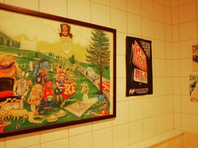 画像: MOON CAFEのトイレ。ラットフィンクくんがお出迎え!