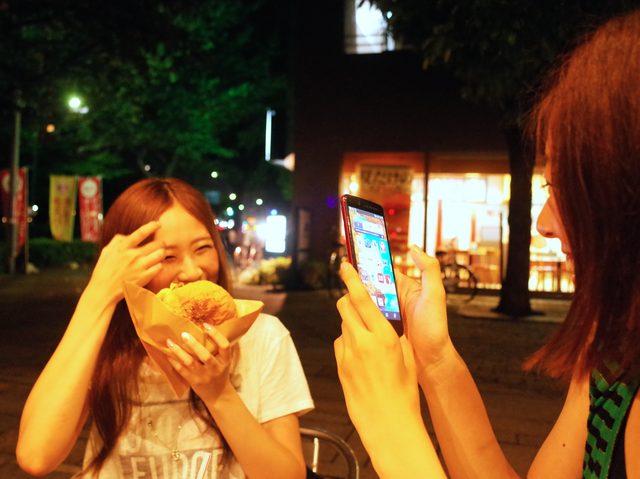 画像: 近頃Chika記者(右)によくいじられているAkiko記者(左)。微笑ましいですね