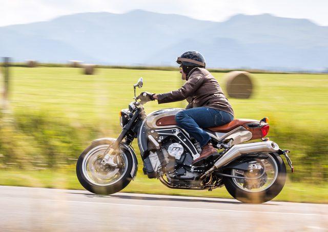 画像: モノコックボディを、優雅なレザーで装飾。実に美しいオートバイです。