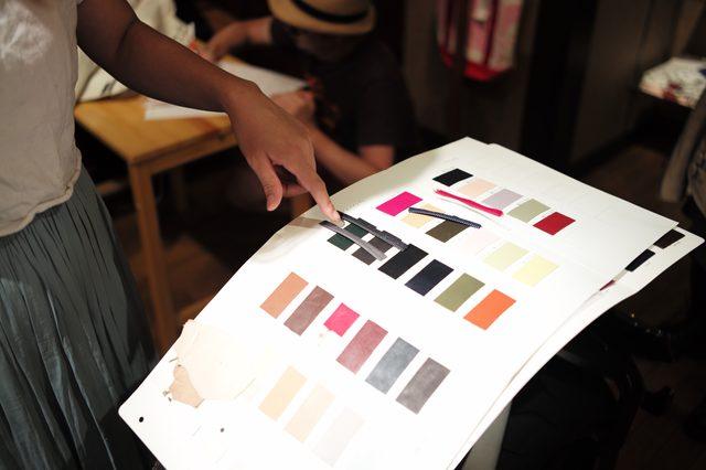 画像: 革の色に合わせて、一つ一つ選んでいく。