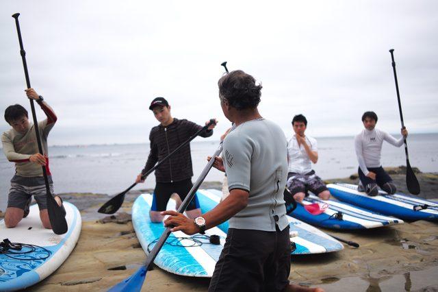 画像: 大きなボードに乗って、パドルを漕ぐSUP