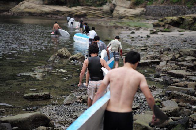 画像: 一列で海へ入っていく。あいにくの天気だったが、水温は高く、寒くはなかったようだ