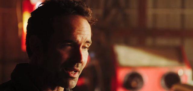"""画像: いまは整備士として静かに暮らす、""""プリンス(君主)""""と呼ばれた元殺し屋ポール(ジェイソン・パトリック) www.youtube.com"""