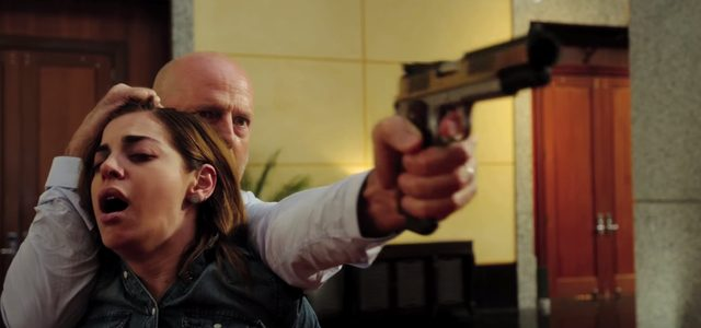 画像: かつてポールに妻と子を奪われた復讐に燃えるオマーを演じるのはブルース・ウィルス www.youtube.com