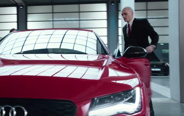 画像: 駐車場からアウディに乗り込む www.youtube.com