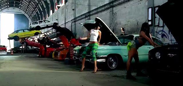 画像4: リアーナの「Shut Up And Drive」PVでフェラーリや金キラ車が登場!だけど、プライベートでプレゼントするのはベンツが定番なのかな?