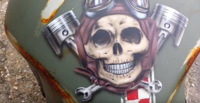 画像: タンクの上にはスカル飛行士。 www.youtube.com