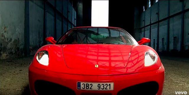 画像1: リアーナの「Shut Up And Drive」PVでフェラーリや金キラ車が登場!だけど、プライベートでプレゼントするのはベンツが定番なのかな?