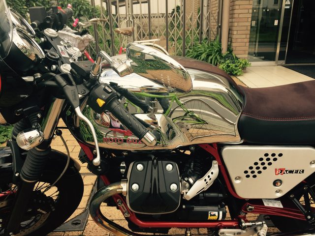 画像2: 【街角でみたクールなバイクたち】初めて路上でみたよ、クールなメーカーカフェ、モト・グッツィV7 Racer