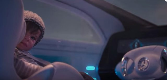 画像: 運転席に座っているのは、え?赤ちゃん!??
