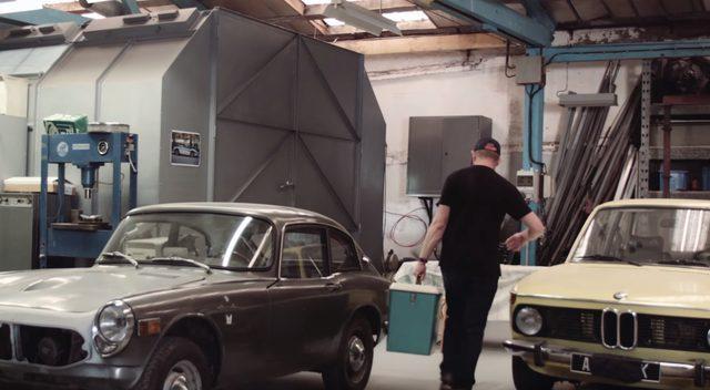画像: これだと決まった塗料を運びます。古〜いBMWが並んでいて、ちょっとうっとり www.youtube.com