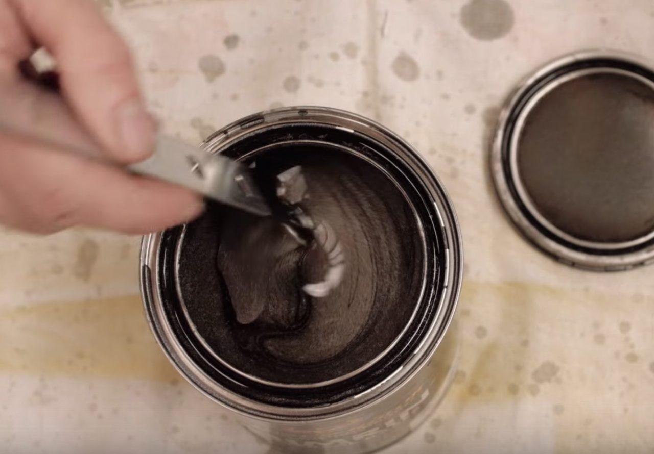 画像: 塗装材料をじっくり選んでいく www.youtube.com