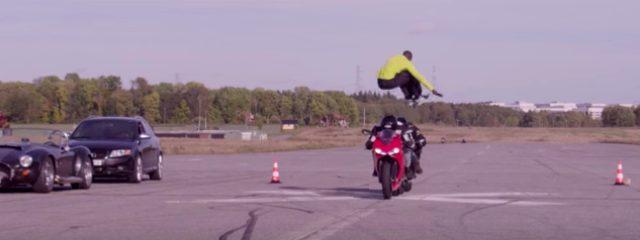 画像: 身体能力やばすぎ!!!時速110kmで向かってくる2台のバイクを半端ない跳躍力で飛び越える凄技! - LAWRENCE(ロレンス) - Motorcycle x Cars + α = Your Life.