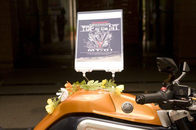 画像: 主催者のマシンに飾られたウエルカムボード。