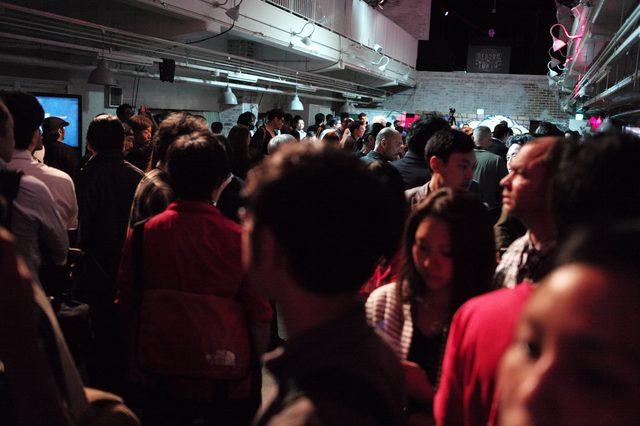 画像3: 会場はブラックライトとDJによるクールなサウンドで飾られた華やかな空間