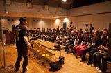 画像: 会場のホールで講演に聞き入る参加者たち。