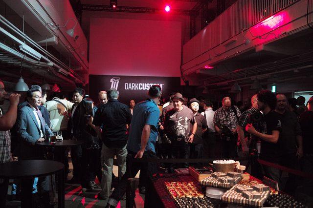 画像2: 会場はブラックライトとDJによるクールなサウンドで飾られた華やかな空間