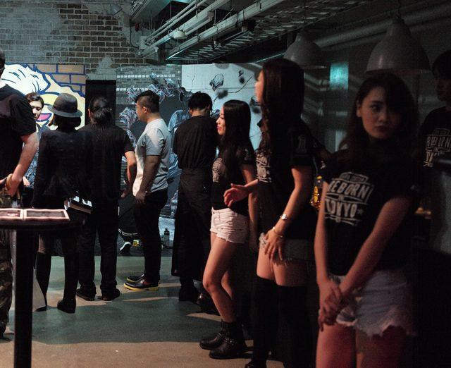 画像: REBON IN TOKYOのTシャツとショートパンツで迎えてくれた美女たち