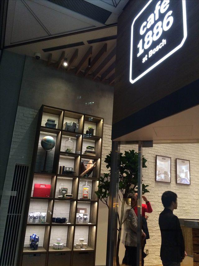 画像: 外から写した店内。ガラス張りになっているので、外から中の様子も覗けます。