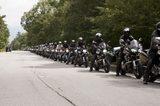 画像: パレードランに出発するために整列する参加者たち。