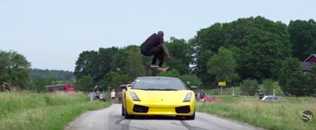 画像2: バイクを飛び越える男。実はランボルギーニを飛び越えることにもチャレンジしていた!