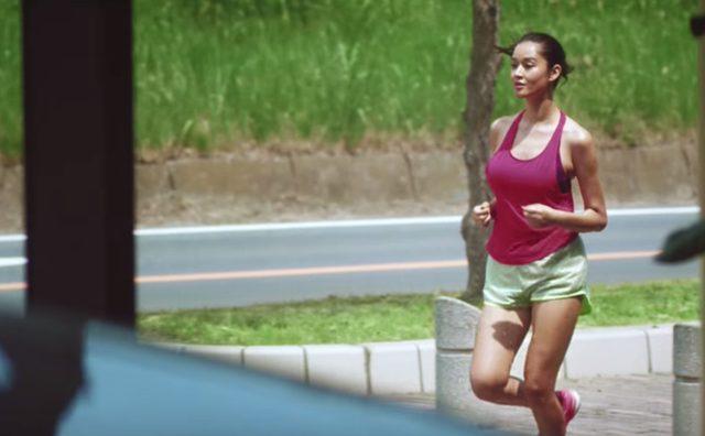 画像: ジョギング中の健康美女。 www.youtube.com