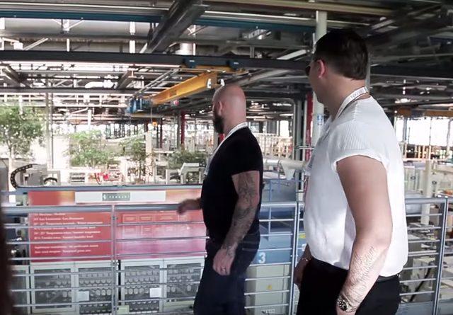 画像: フェラーリ本社を訪れた、ちょいムチの男性 www.youtube.com