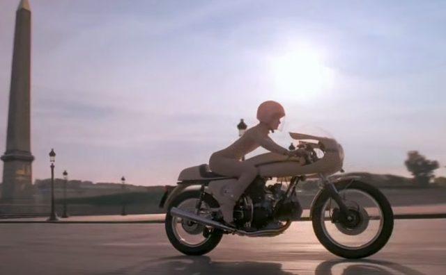 画像: 乗り姿も美しい(女性ってどうして背を反って乗るのかな) www.youtube.com