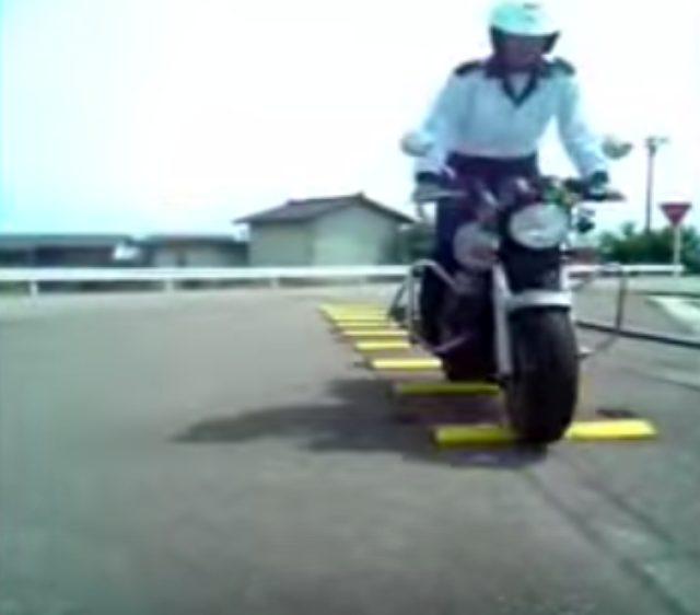 画像: でこぼこ道の渡り方!