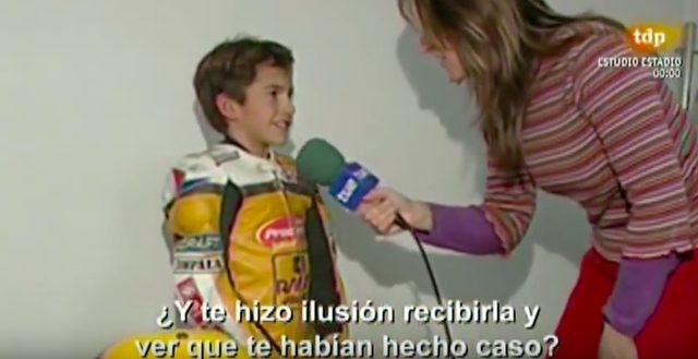 画像: お姉さんの質問に、淡々と答えるマルケス。う〜ん、大したものです。 www.youtube.com