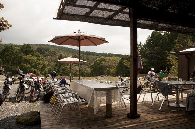 画像: 目の前にオフロードパークが広がるカフェテラス。