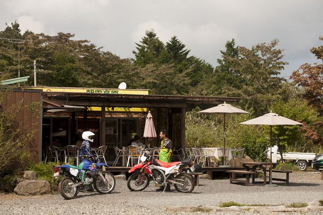 画像: 気持ちのいいカフェが併設されたオフロードバイクパーク。