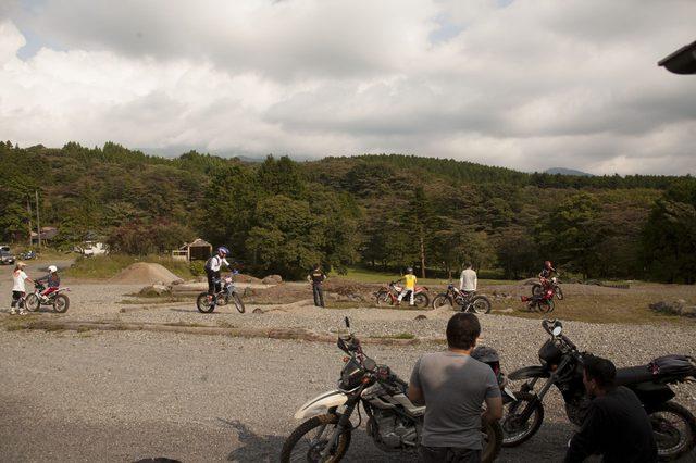 画像: カフェの目の前の広場に設置されている様々なオフロードセクションを楽しむライダーたち。
