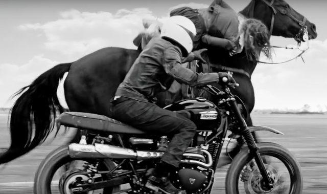 画像: 縦横無尽にオートバイを操り、暴走する馬から女性を救うベッカム。カッコイイ。 youtu.be
