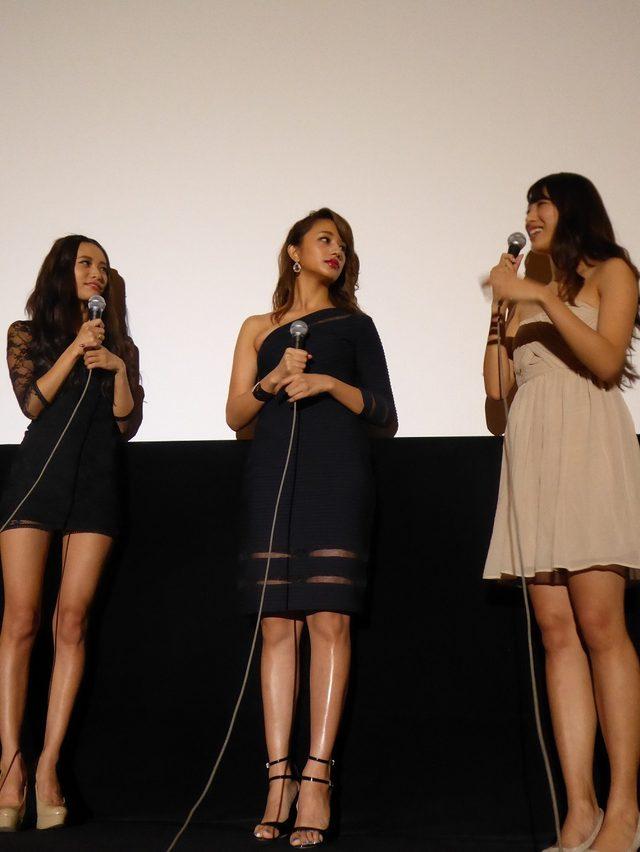 画像: 小泉さん(左)のミニもすごいですが、よくみると高橋さん(中央)のスカートのデザインもなかなかセクシー。染谷さん(右)の肉付きの良い腿はまるでフェラーリのボディ〜。