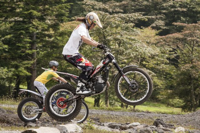 画像: 軽快で自由自在に走ることができるトライアルバイク。