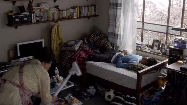 画像: ずかずかと掃除しに部屋に入ってくる母