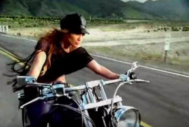 画像1: こんな美人ライダー見たことない!ハーレーを乗りこなすジェニファー・ロペスのMVがかっこいい!