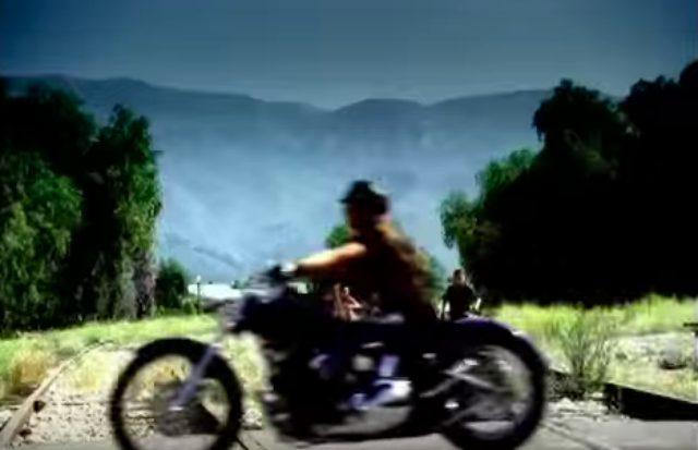画像4: こんな美人ライダー見たことない!ハーレーを乗りこなすジェニファー・ロペスのMVがかっこいい!