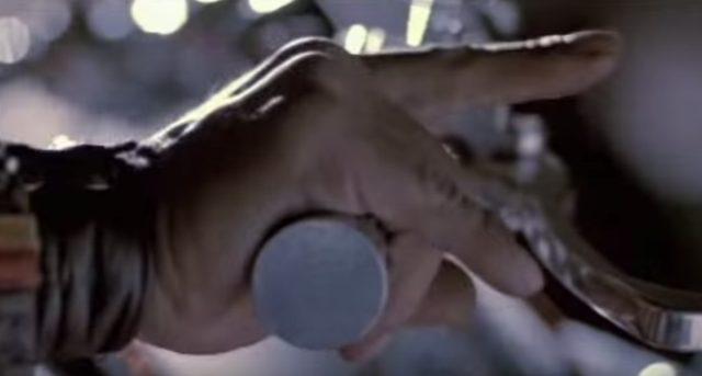 画像: 右手をひねるとブゥンブゥン! www.youtube.com