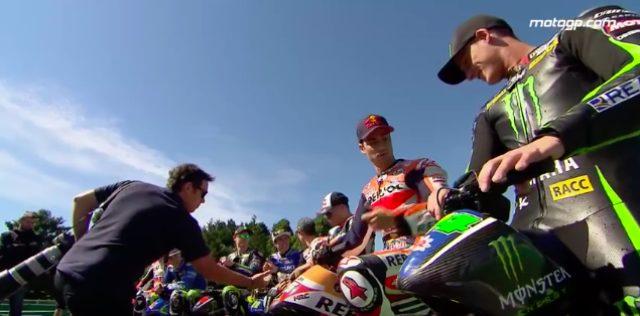 画像: モトGP本戦と違って、レース前でも皆リラックスした表情ですね。 www.youtube.com