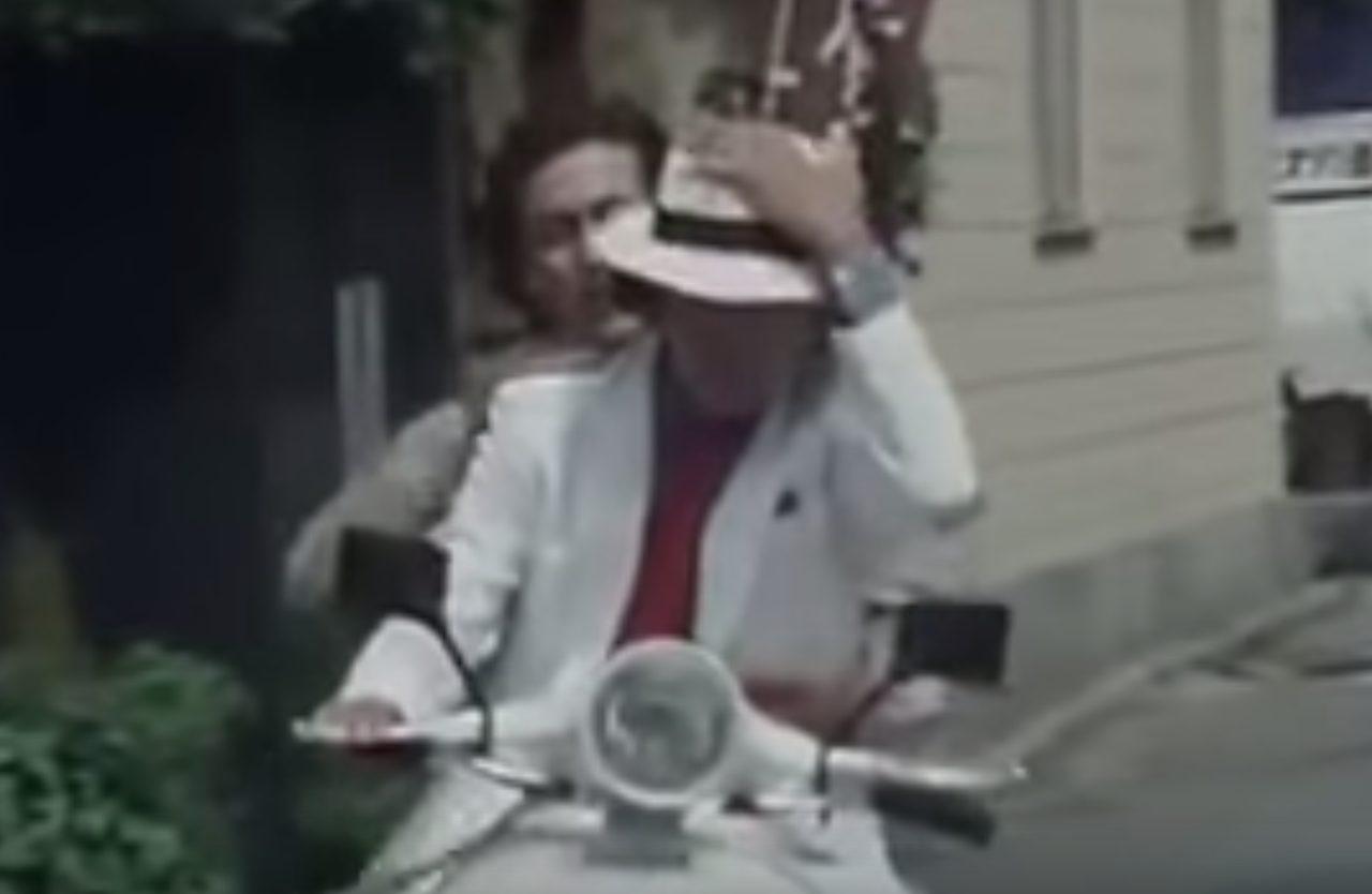 画像: 白いスーツも決まってます。後ろは岩城滉一さん。27話のうち2回も登場することから、松田優作さんと仲が良かったことがわかります www.amazon.co.jp