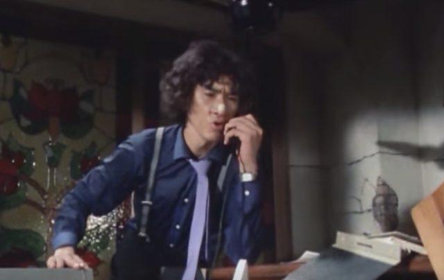 画像: この電話の端の方を持つスタイル。独特です。 www.amazon.co.jp