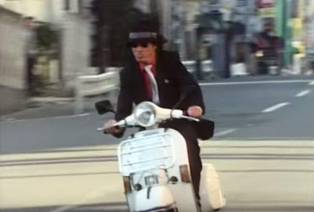 画像: ベスパで街を走り回る工藤ちゃん。かっこいい! www.amazon.co.jp