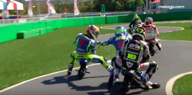 画像: 思いっきり手を出して、走行妨害をしています・・・これを許していいのでしょうか? www.youtube.com