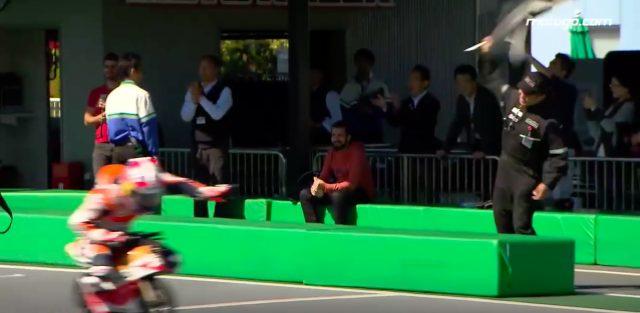 画像: チェッカーフラッグを先頭で受けるペドロサ。なんかコースが小さく感じますが、気のせいです? www.youtube.com