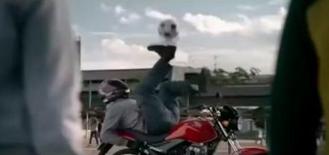 画像5: 【海外のHONDAのCM】バイク乗りだけどやたらサッカーが上手い!!それもそのはず!!この方の正体は…!!