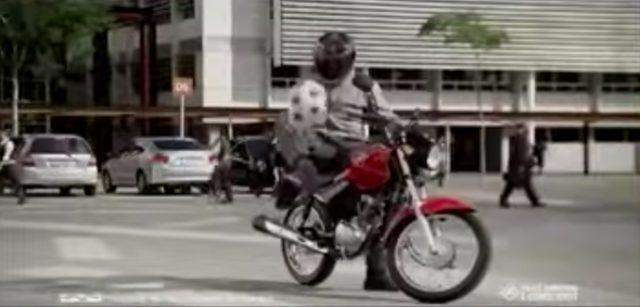画像4: 【海外のHONDAのCM】バイク乗りだけどやたらサッカーが上手い!!それもそのはず!!この方の正体は…!!