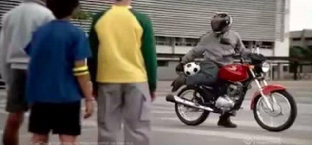 画像3: 【海外のHONDAのCM】バイク乗りだけどやたらサッカーが上手い!!それもそのはず!!この方の正体は…!!